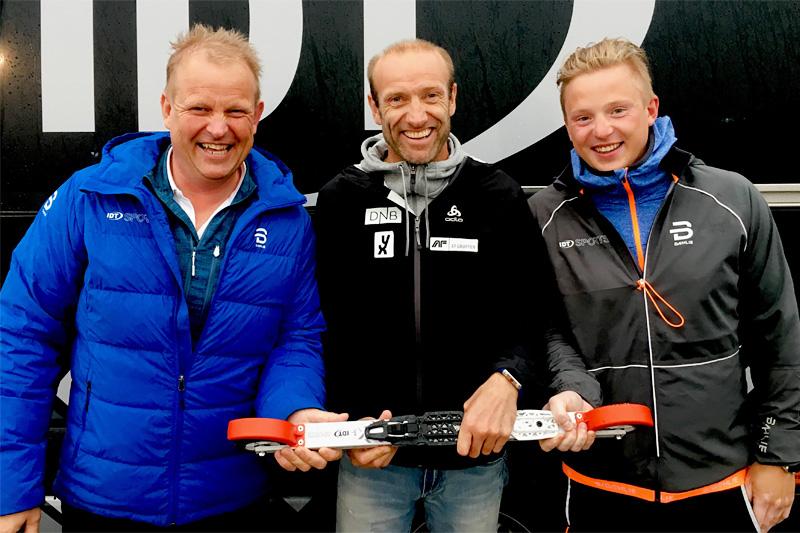Odd-Bjørn Hjelmeset fra Norges Skiskytterforbund er her flankert av IDT-mennene Svein og Morten Iversbakken. Foto: Privat.