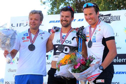 Herrenes seierspall i Kanalrennet forrige sommer. Fra venstre: Eirik Brandsdal (2.-plass), Sondre Turvoll Fossli (1) og Emil Iversen (3). Arrangørfoto.