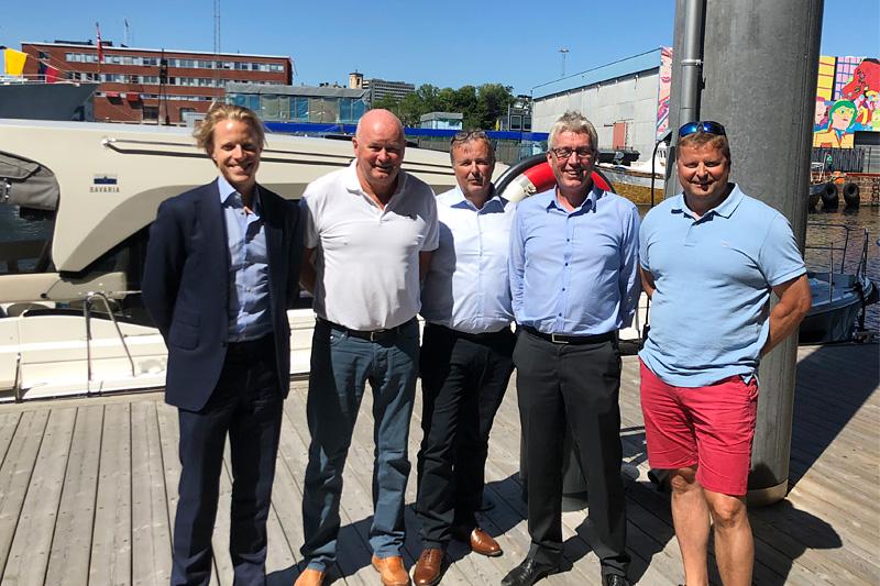 Avtalepartnerne, fra venstre Stian Tuv (Altor), Torbjørn Kaarud (FH-gruppen), Stein Plukkerud (Leve Hytter AS), Arve Noreng (Leve Hytter AS) og Stig Plukkerud (Leve Hytter AS). Foto: Leve Hytter.