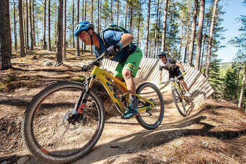 Hans Rey og Martin Maes på vei ned stien Redneck i Trysil på nye sykler fra GT Bicycles. Foto: Fredrik Otterstad/Destinasjon Trysil.