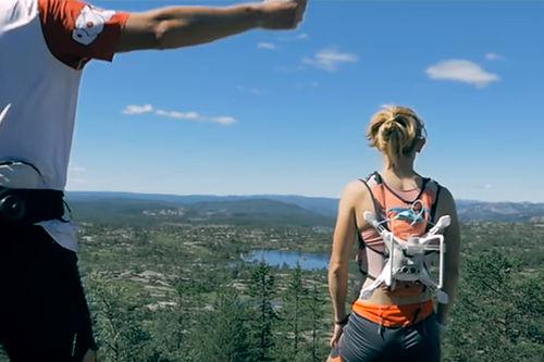 Løpere fra Team Oui Ski Mesmerise skuer ut over fagert norsk landskap i forbindelse med sin deltakelse under Olaf Skoglunds Minneløp og sesongens første runde av Guide World Classic Tour. Teamfoto/Charly Prod/YouTube.