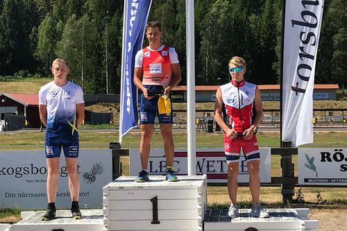 Ådne Gigernes til høyre i bildet som viser at han ble nummer 3 totalt i Menn Junior i Torsbyrullen med innlagt verdenscup på rulleski. Foto: Privat.