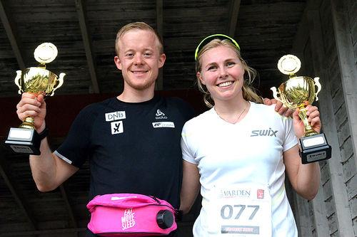 Lene Ådlandsvik og Sindre Petersen med sine vinnerpokaler fra Risberget Rundt 2018. Arrangørfoto.
