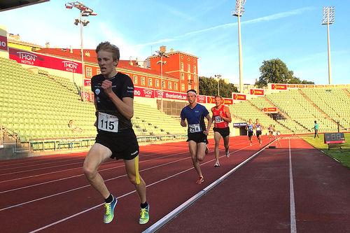 Eirik Mysen (i front) på vei mot råsterke 8:25,10 på 3000 meter under Oslo Sommerstevne 2018. Foto: Privat.