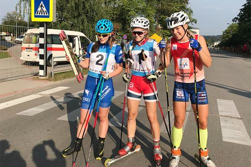 Lørdag fulgte Julie Henriette Arnesen (i midten) opp med ny pallplass i Latvia. Her smiler hun etter å ha kapret seieren blant kvinner junior da verdenscuprunden på rulleski i Madona 2018 innledet med 200 meter sprint fredag. Foto: Ole Jonny Gigernes.