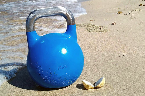 Ta med deg et sett kettlebells ut i sola for god og variert styrketrening. Foto: Creative Commons/Pixabay.com.