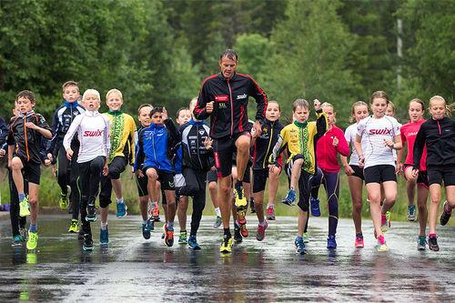 Jørgen Aukland instruerer elevene i en tidligere utgave av Trysil Sommerskiskole. Foto: Trysil Sommerskiskole.