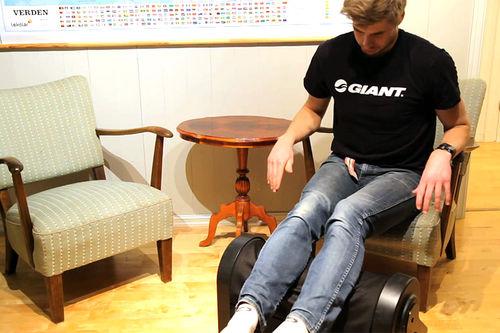 Produkttest av Z-Roller massasjerulle. Skjermbilde fra YouTube-kanalen til Supersport.no Blogg.