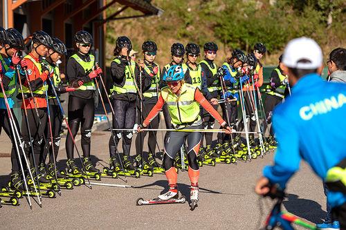 Anita Moen instruerer kinesiske OL-aspiranter i Trysil tidligere i høst. Foto: Fredrik Otterstad/Trysil.