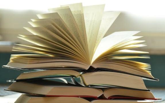 bøker haug åpen bok toppen