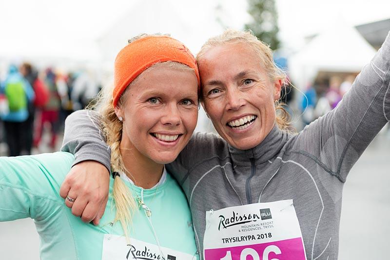 Tane Gresvik, til venstre, vant Trysilrypas 13 km terrengløp. Her sammen med nummer 2, Gunhild Nytrøen. Foto: Ola Matsson/Destinasjon Trysil.