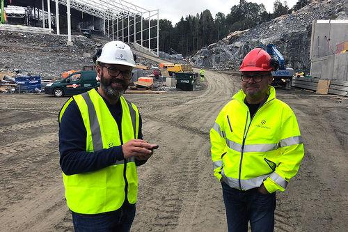 Langrenns- og teknologiansvarlig i selskapet SNØ, Morten Dybdahl (t.h.), sammen med byggherreombud Tom Nygård. Foto: Sigmund Hov Moen.