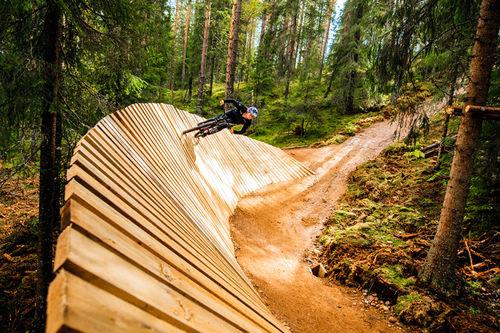 Mille Johnset hadde ingen problemer med å takle denne høye wallriden på Trysils nyeste sykkelsti, Miss Piggy. Foto: Fredrik Otterstad/Trysil.