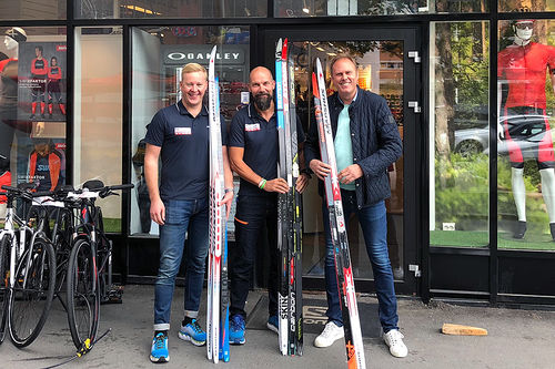 Magnus Christensen og Eirik Bentzen fra Milslukern ønsker sammen med Julis Solheim fra Norgesexpo, velkommen til Milslukern Skimesse 2018. Foto: Milslukern.