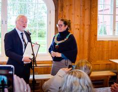 Riksantikvar Jørn Holme fredet Blaker skanse. Ordfører Marianne Grimstad Hansen tok i mot fredningsbeviset.