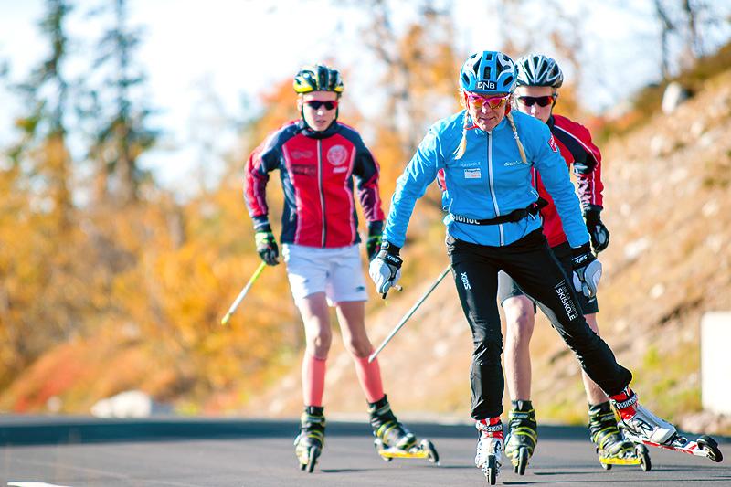 Anita Moen på rulleski med idrettselever i Trysilfjellet. Foto: Destinasjon Trysil/Hans Martin Nysæter.