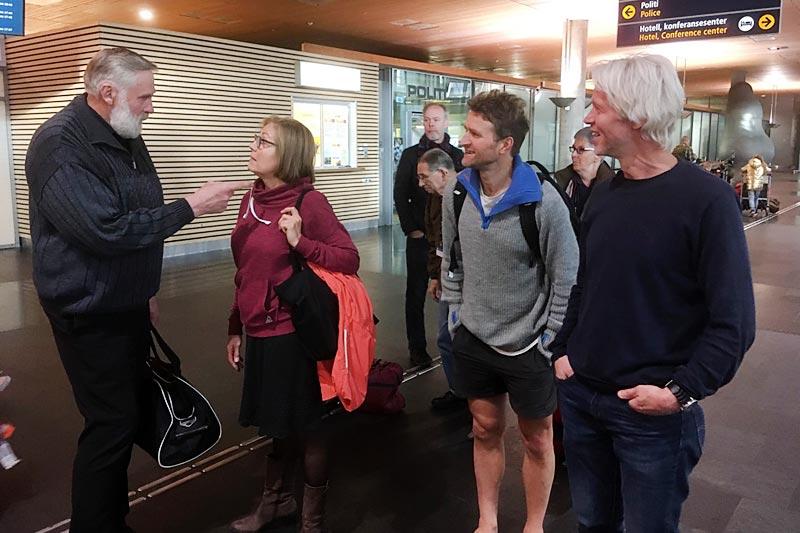 Juha Mieto er kommet til Norge i anledning lanseringen av boka Oddvar Brå - Et skiløperliv av Thor Gotaas. Fra venstre: Juha Mieto, tolken Heli, Thor Gotaas og sjåfør Bjørn Edvard Seim. Foto: Privat.