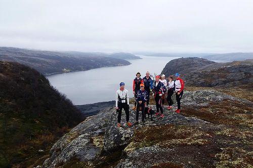 Skiløpere fra Kirkenes og Omegn Skiklubb ved Toppenfjellet, med utsikt mot innseilingen til Kirkenes. Foto: Fred Inge Eilertsen.