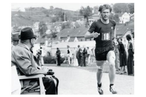 Fra boka Oddvar Brå - Et skiløperliv, av Thor Gotaas: Olavstafetten fra Trondheim i 1974. Oddvar på langetappen for Leiks lag, med ferske vevsprøver tatt i begge lår.