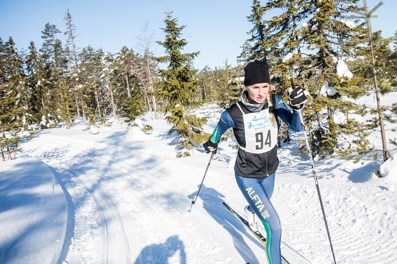 Skiløper underveis i turrennet En riktig femmmil. Arrangørfoto: Adam Johansson.