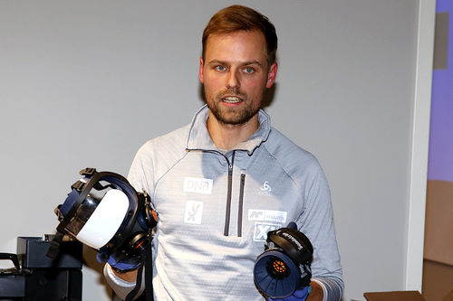 Tobias Dahl Fenre er bevisst på legge til rette for trygt og sikkert arbeid med skiene. Foto: Erik Borg.