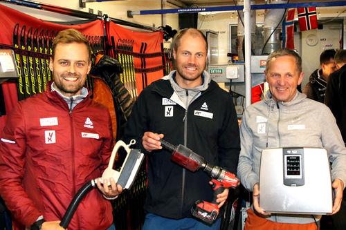 Landslagssmørerne Tobias Dahl Fenre (fra venstre), Tor Olav Håkenrud og Tron Skarstad er klar for timer og atter timer med å lage god glid igjennom vinteren. Foto: Erik Borg.