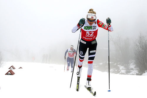 Therese Johaug på vei mot klar seier på 10 km klassisk under sesongåpningen på Beitostølen 2018. Foto: Erik Borg.