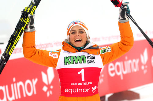 Therese Johaug jubler for seier på 10 km klassisk under sesongåpningen på Beitostølen 2018. Foto: Erik Borg.
