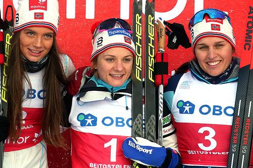 Seierspallen på damenes sprint under sesongåpningen på Beitostølen 2018. Fra venstre: Kristine Stavås Skistad (2.-plass), Maiken Caspersen Falla (1) og Lotta Udnes Weng (3). Foto: Erik Borg.