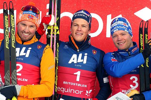 Herrenes seierspall etter sprint under sesongåpningen på Beitostølen 2018. Fra venstre: Emil Iversen (2.-plass), Johannes Høsflot Klæbo (1) og Eirik Brandsdal (3). Foto: Erik Borg.