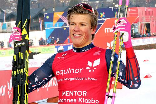 Johannes Høsflot Klæbo jubler for seier på skøytesprinten under sesongåpningen på Beitostølen 2018. Foto: Erik Borg.