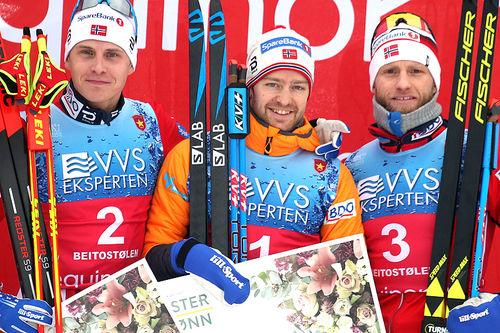 Seierspallen på herrenes 15 km fri under sesongåpninga på Beitostølen 2018. Fra venstre: Simen Hegstad Krüger (2.-plass), Sjur Røthe (1) og Martin Johnsrud Sundby (3). Foto: Erik Borg.