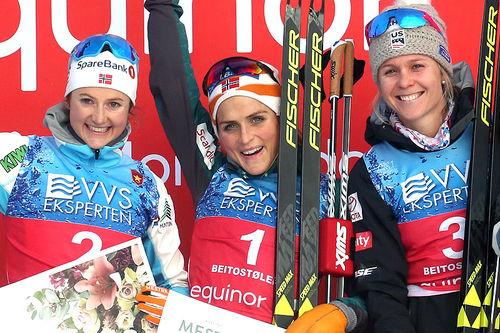 Seierspallen på damenes 10 km i fri teknikk under sesongåpningen på Beitostølen 2018. Fra venstre: Ingvild Flugstad Østberg (2.-plass), Therese Johaug (1) og Sadie Bjornsen (3). Foto: Erik Borg.