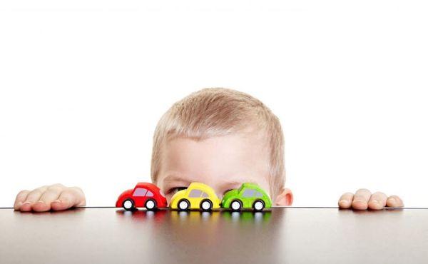 Gutt med biler