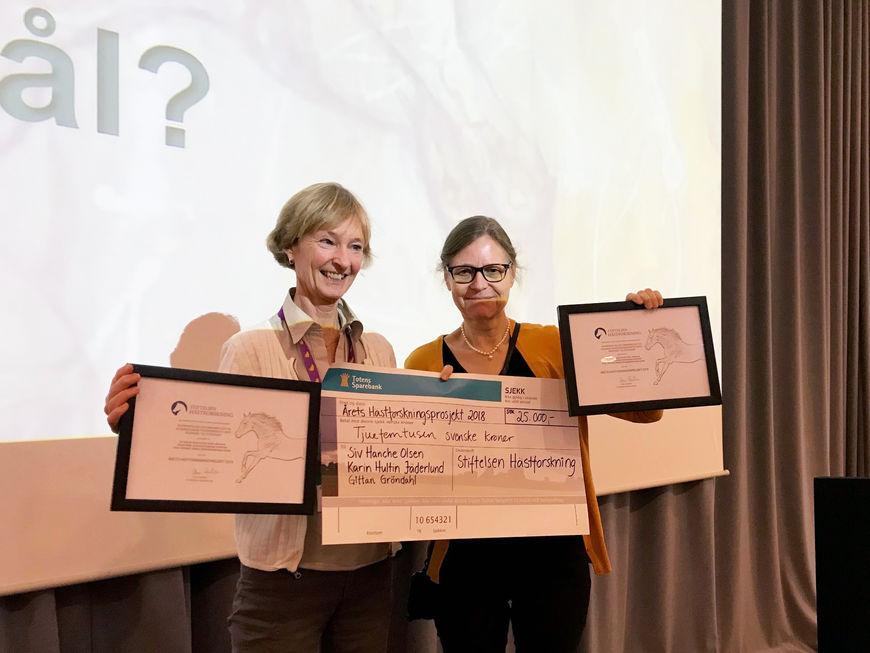 """Siv Hanche Olsen (t.v.) og Karin Hultin Jäderlund har mottatt prisen for """"Årets Hästforskningsprojekt 2018."""""""
