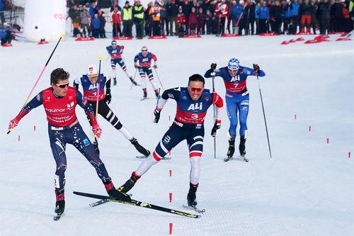 Johannes Høsflot Klæbo og Emil Iversen i front på oppløpet under Beitosprinten. Foto: Erik Borg.