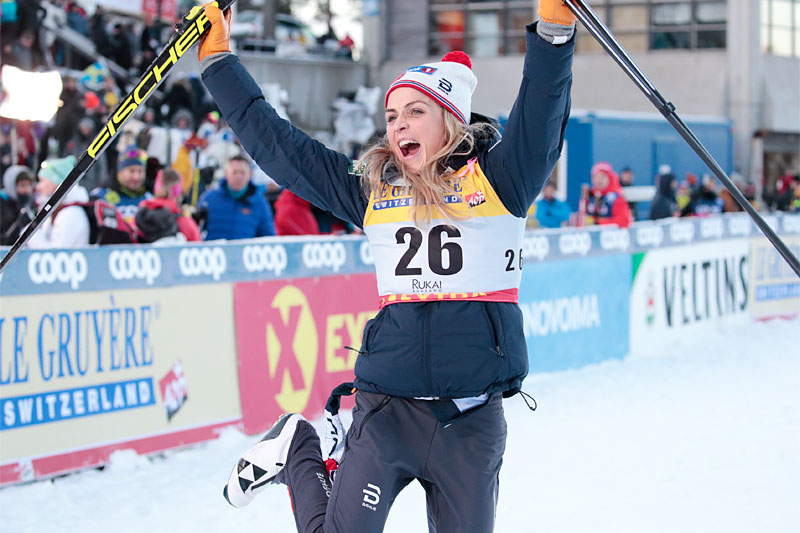 Therese Johaug tilbake øverst på seierspallen under verdenscupen i Ruka 2018. Foto: Modica/NordicFocus.