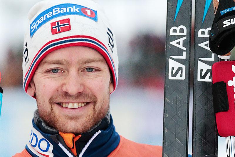 Sjur Røthe smiler etter sin verdenscupseier på Lillehammer 2018, distansen var 15 km fri. Foto: Modica/NordiFocus.