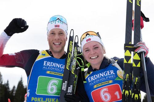 Lars Helge Birkeland og Thekla Brun-Lie jubler etter å ha avgjort single mixedstafetten til sin fordel i verdenscupen i Pokljuka 2018. Foto: Manzoni/NordicFocus.