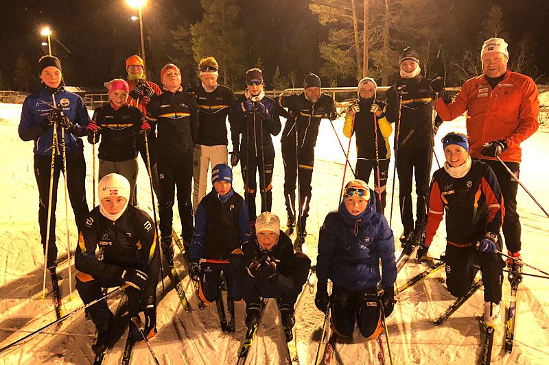 Siste finpuss for ungdomsgruppa i Hovden Sportsklubb i forkant av Hovdenrennet 2018, nøye ledsaget av Micke Pålsson og Roar Hjelmeset. Foto: Hovden SK.
