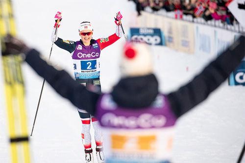 Ingvild Flugstad Østberg glir inn til norsk seier i verdenscupstafetten på Beitostølen 2018. Foto: Modica/NordicFocus.