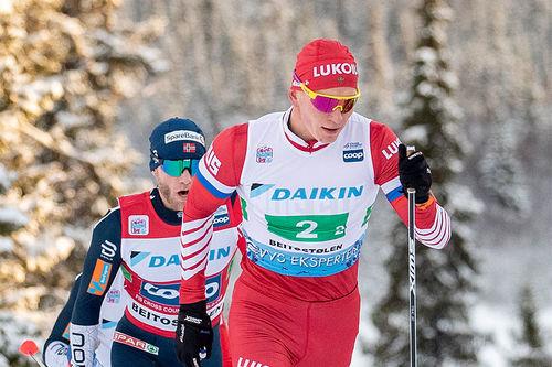 Alexander Bolshunov sprenger feltet i verdenscupstafetten på Beitostølen 2018. Foto: Modica/NordicFocus.