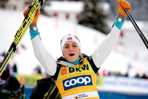 Therese Johaug jubler for seier på 10 km fri under verdenscupen i Davos 2018. Foto: Modica/NordicFocus.