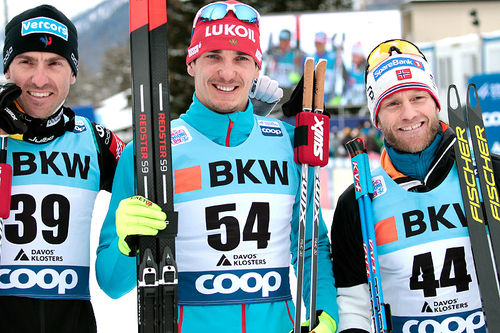 Seierspallen etter herrenes 15 km fri under verdenscupen i Davos 2018. Fra venstre: Maurice Manificat (2.-plass), Evgeniy Belov (1) og Martin Johnsrud Sundby (3). Foto: Modica/NordicFocus.