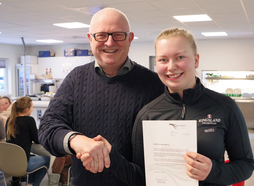 Direktør Vegard Thune overrakte stipendet til Anna Marie Jakobsen.