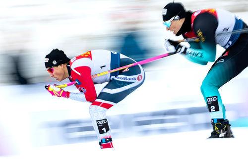 Johannes Høsflot Klæbo suser mot seier på skøytesprinten i Toblach, første etappe av Tour de Ski 2018-2019. Bak følger Lucas Chanavat som endre på tredjeplass. Foto: Modica/NordicFocus.