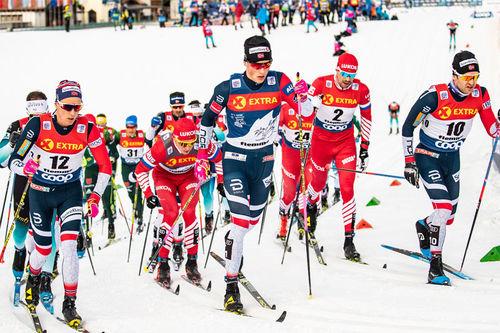 Didrik Tønseth, Johannes Høsflot Klæbo og Sjur Røthe ligger først i hvert sitt spor. Foto: Modica/NordicFocus.