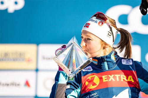 Ingvild Flugstad Østberg med troféet som viser at hun var best av alle i Tour de Ski 2018/2019. Foto: Modica/NordicFocus.