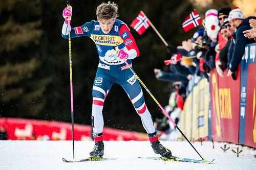 Johannes Høsflot Klæbo skuffet ikke fansen, han ga alt gjennom hele Tour de Ski og sikret seieren sammenlagt som tidenes yngste. Foto: Modica/NordicFocus.