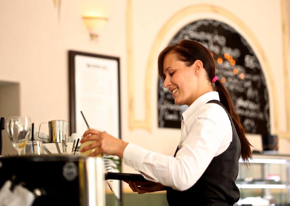 waitress-2376728_1920 (1)